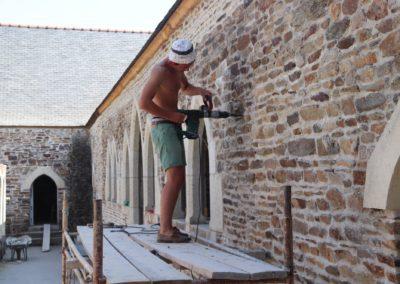 Perçage des murs afin de recevoir la charpente